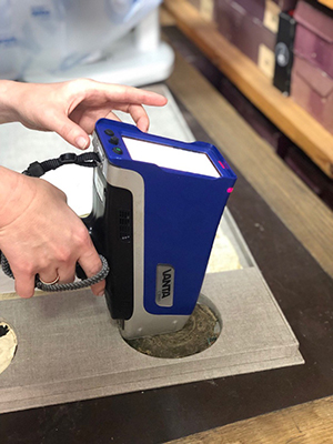 Testing a wax seal with a Vanta analyzer